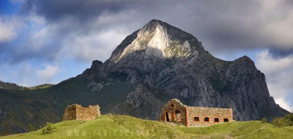 Pico Fontún y ruinas mineras.